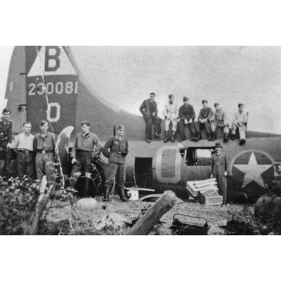 Notlandung eines Bombers der 8 AF am 13.10.1943 auf dem Hagglohfeld zwischen Ahaus und Stadtlohn